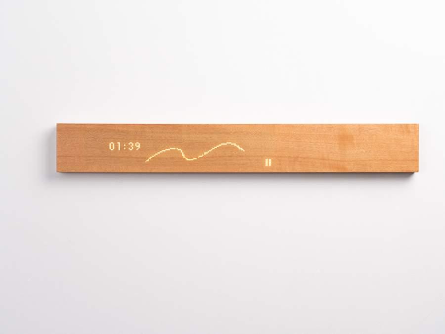 (画像) 触れるまではただの木の板に見える「mui」だが、表面に触れるとLEDディスプレイが出現する「mui」