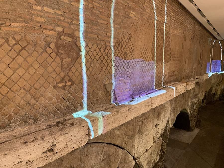 デパートの地下1階に水道の遺構@ローマ  当時の水道橋をプロジェクションマッピングで投影